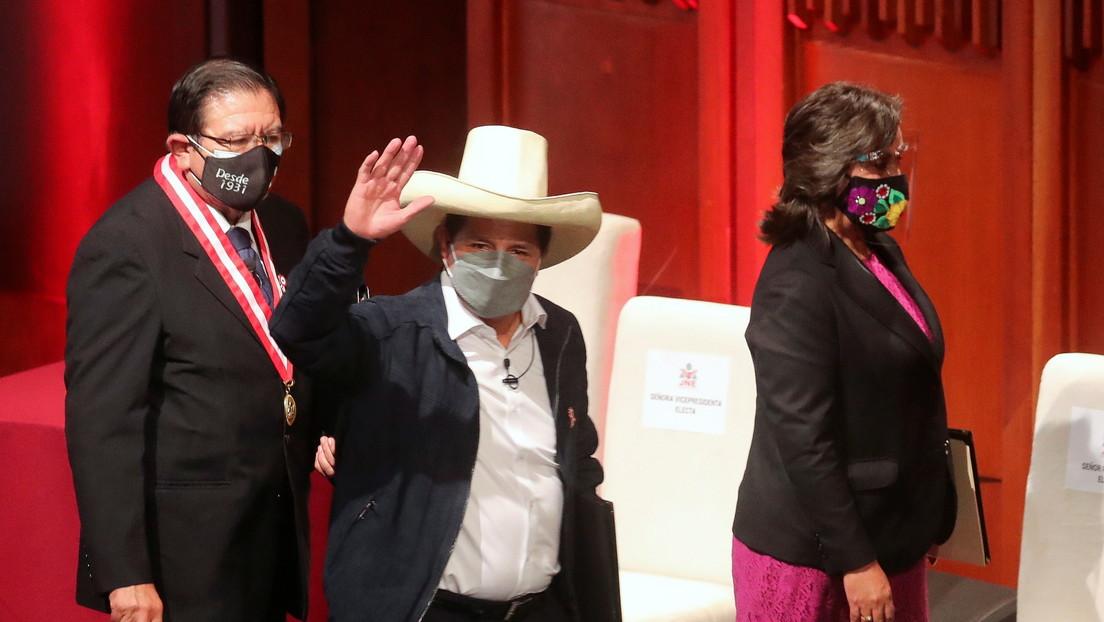 """""""Voy a dejar el sudor trabajando por este pueblo"""": Pedro Castillo recibe credencial como futuro presidente de Perú"""