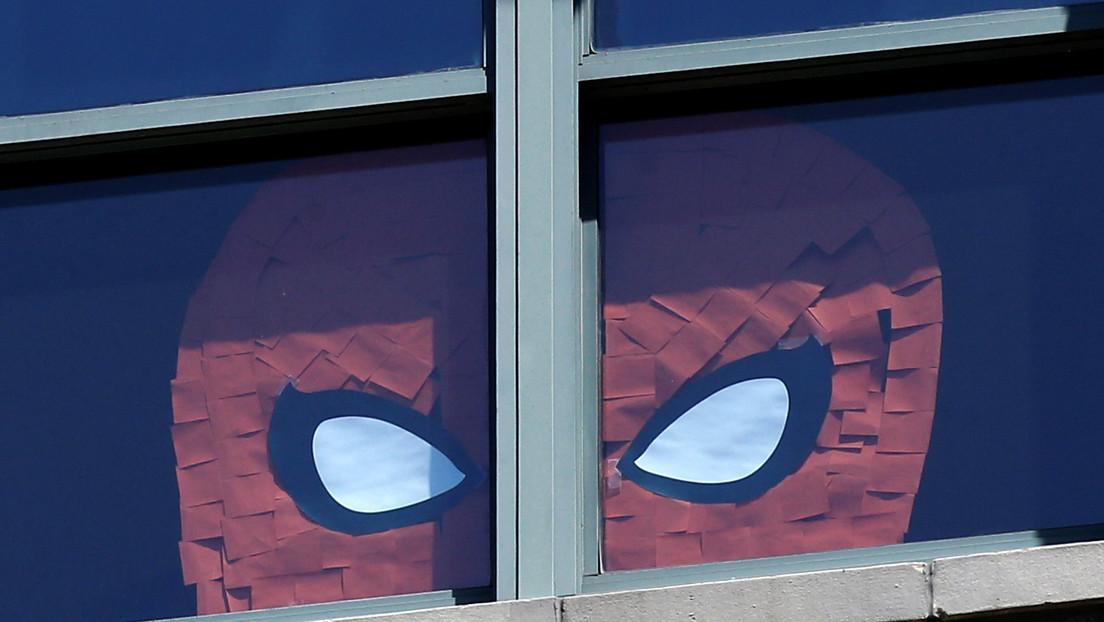 VIDEOS: Hombre vestido de Spider-Man protagoniza una pelea masiva y noquea a una empleada de un supermercado en el Reino Unido