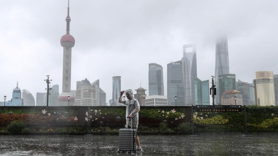 Miles de personas evacuadas y vuelos cancelados en Shanghái por la llegada del tifón In-Fa (VIDEOS)