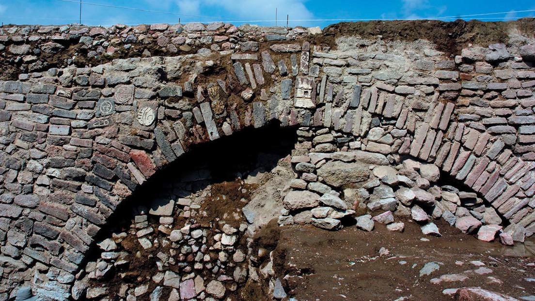 Arqueólogos mexicanos vuelven a cubrir un antiguo túnel virreinal con glifos prehispánicos construido hace más de 500 años
