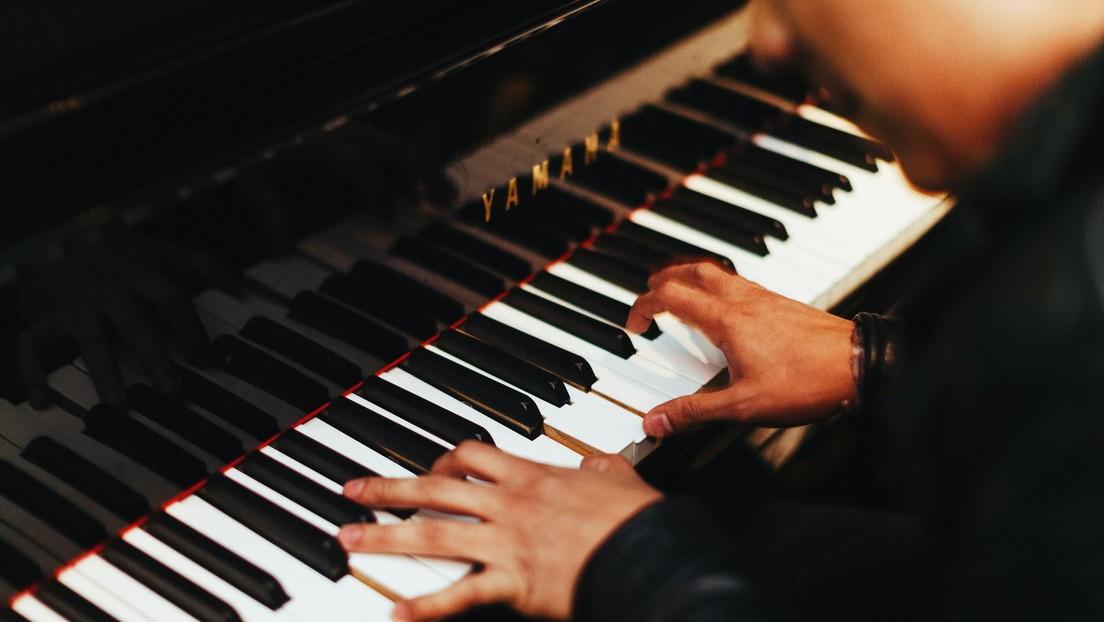 """Un comentarista en YouTube califica de """"mediocre"""" la interpretación de un pianista, le llaman mentiroso y contesta con su propia versión perfecta"""