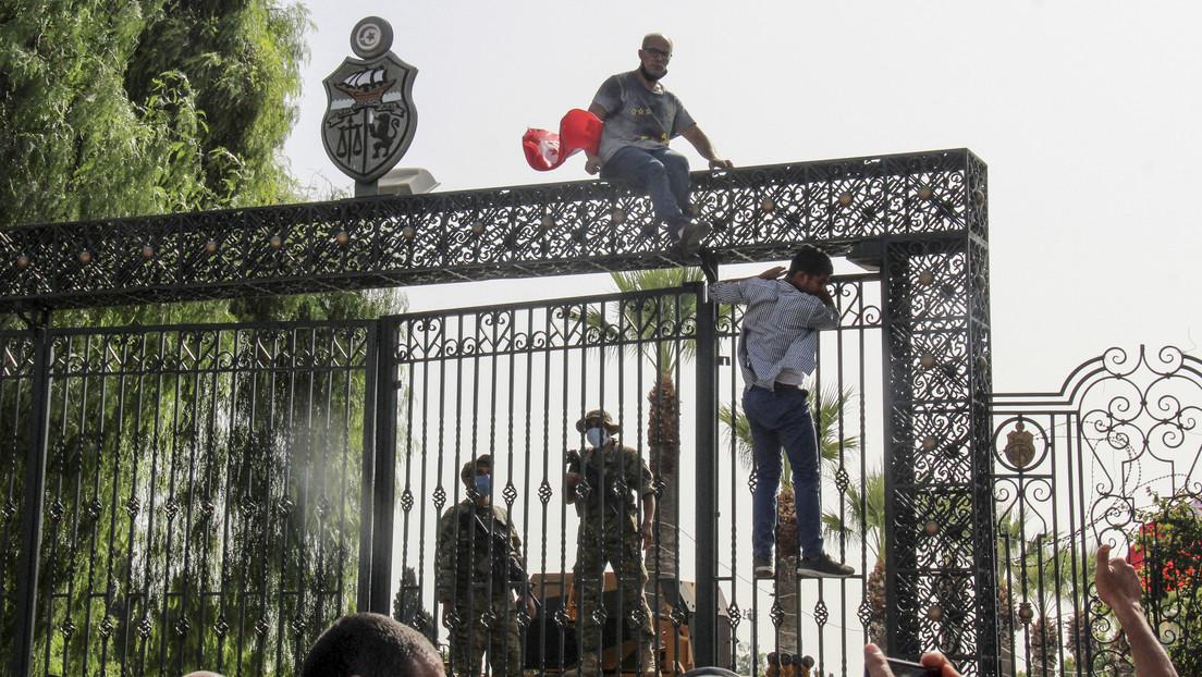 Despliegue de militares, suspensión del Parlamento y acusaciones de golpe de Estado contra el presidente: ¿qué pasa en Túnez?