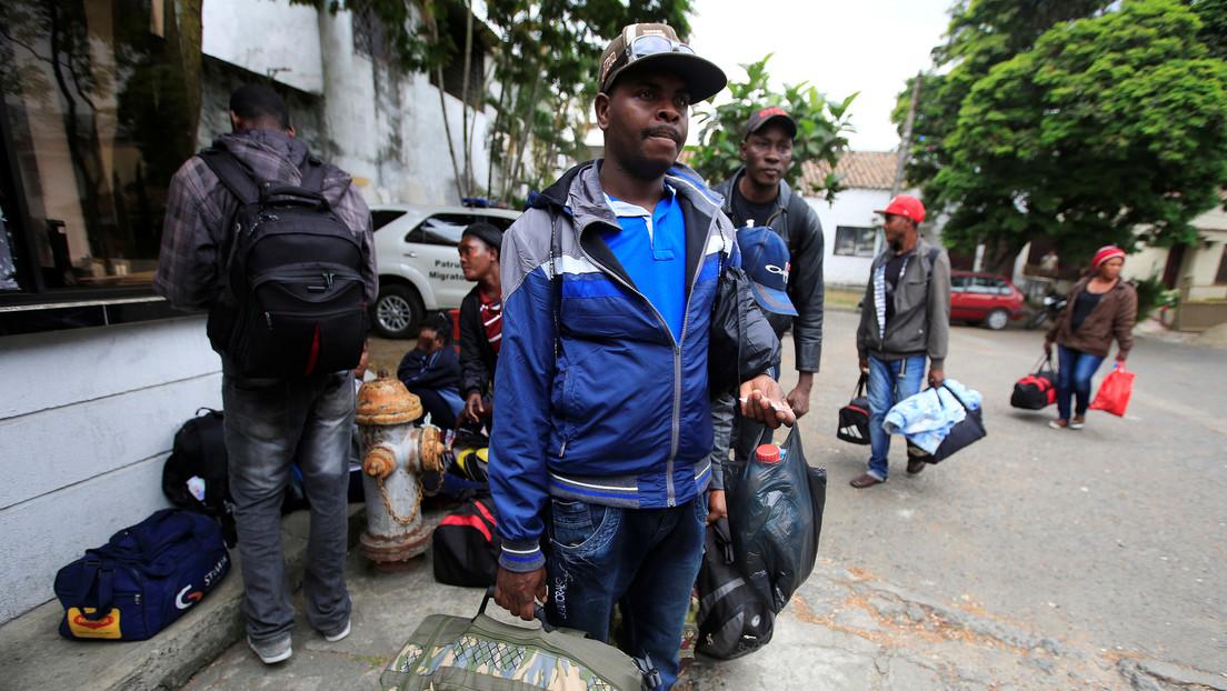 """La pequeña ciudad colombiana a la que llegan 800 migrantes diarios y que atraviesa """"la peor crisis de su historia"""""""
