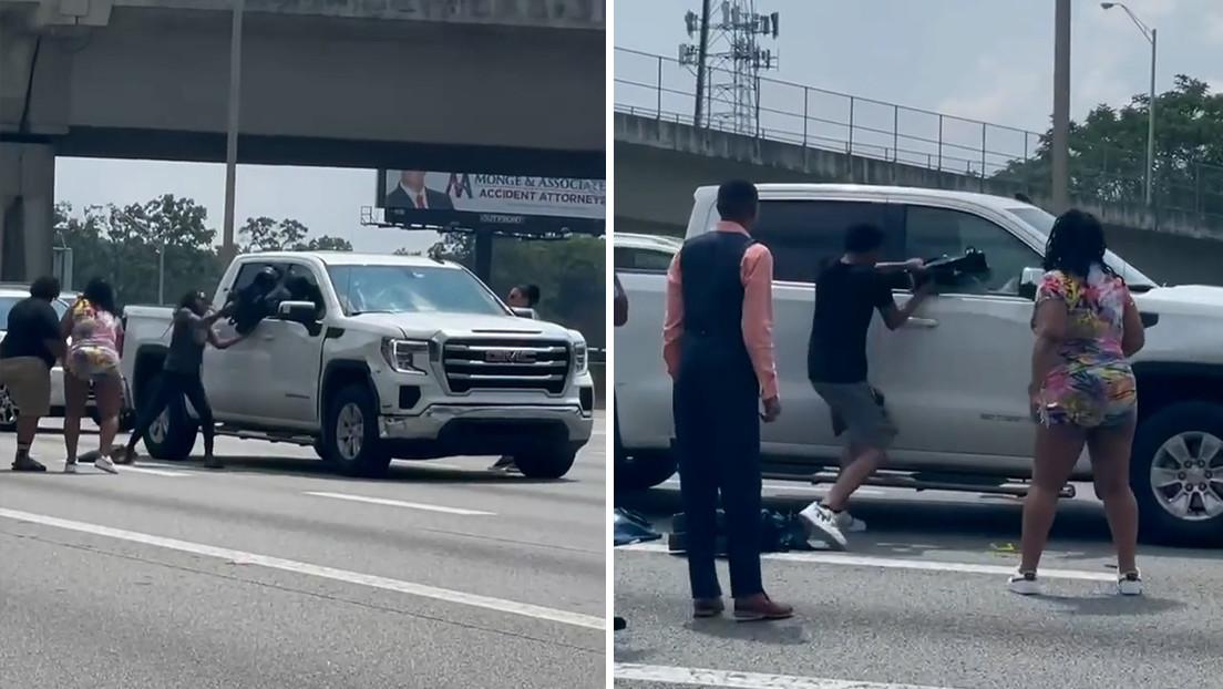 VIDEO: Un conductor se desmaya en una autopista y un grupo de personas rompe la ventanilla de su coche para rescatarlo