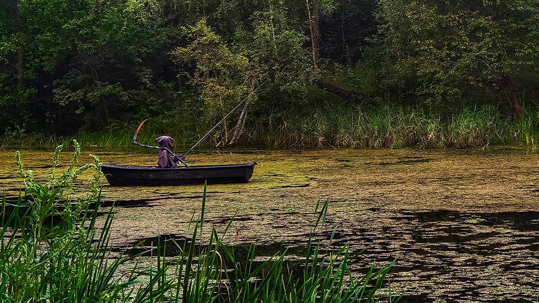 FOTO: La 'muerte' se instala en un lago para espantar a excursionistas que dejan basura