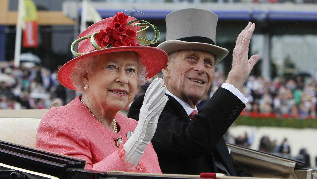 """Isabel II agradece a una joven por pintar un retrato """"espeluznante"""" del príncipe Felipe"""