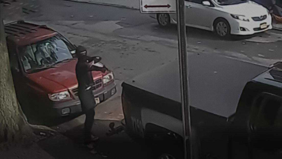 Un hombre enmascarado abre fuego en una intersección de Nueva York a plena luz del día