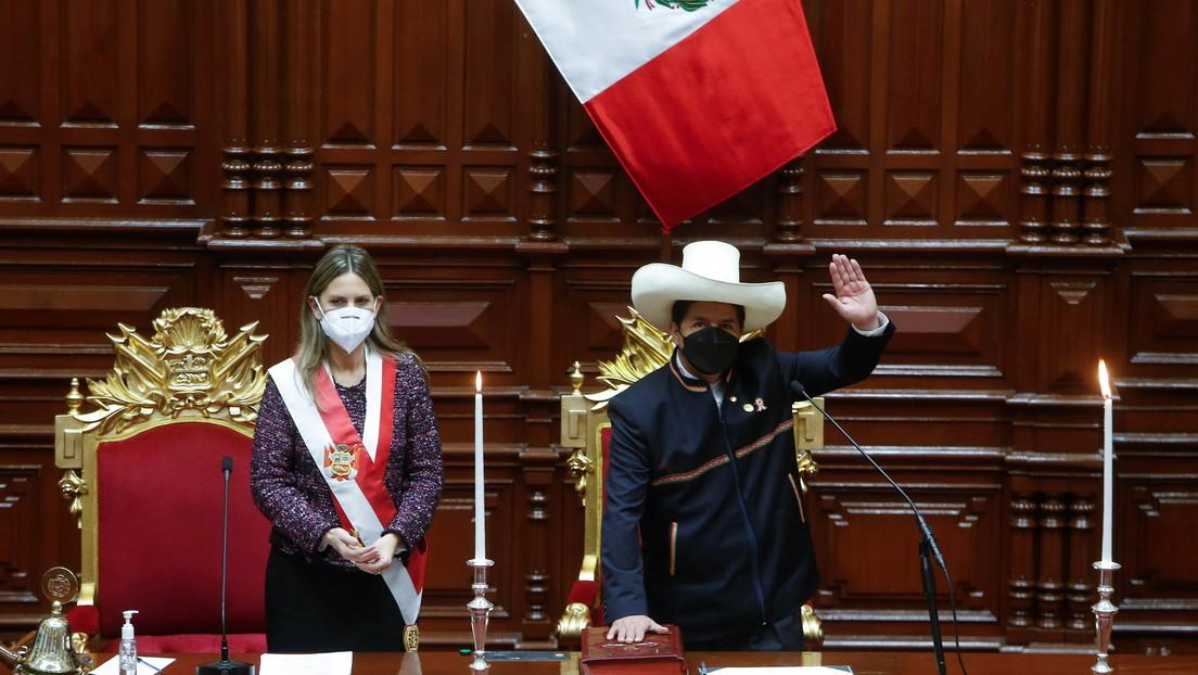"""""""Juro por un país sin corrupción y una nueva Constitución"""": Pedro Castillo asume la presidencia de Perú"""