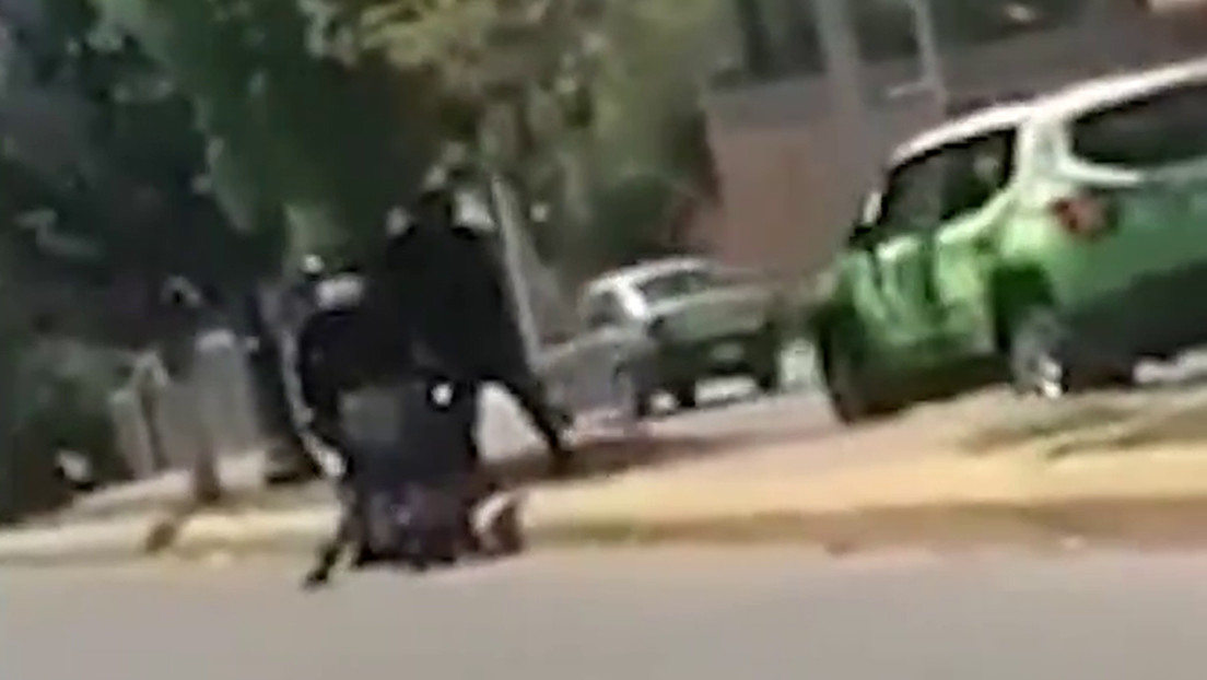 Graban cómo una patrulla choca el vehículo de una familia en México y luego los agentes agreden al conductor
