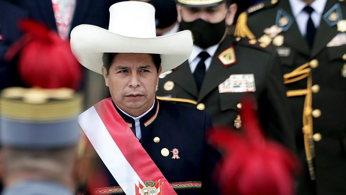 """""""Rompamos juntos las cadenas de la pobreza y del subdesarrollo"""": El llamado de Pedro Castillo durante su juramentación simbólica en Ayacucho"""