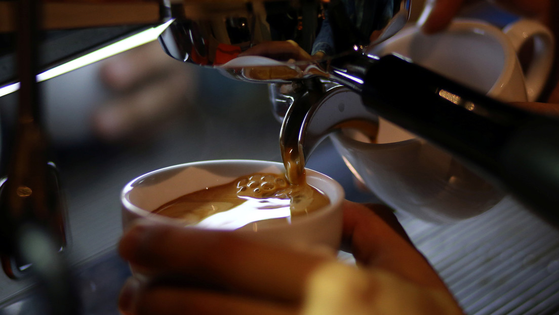 Contra los antivacunas en Argentina: negocios regalan café, vino y cervezas para promover la inmunización