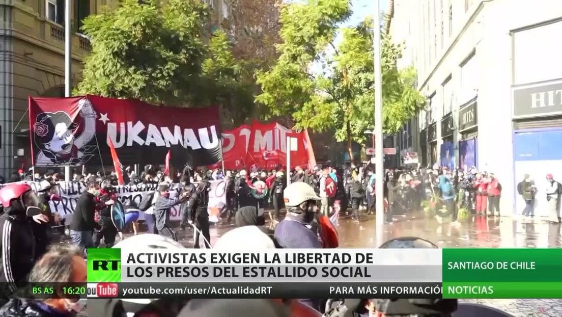 Activistas chilenos exigen la libertad de los presos del estallido social