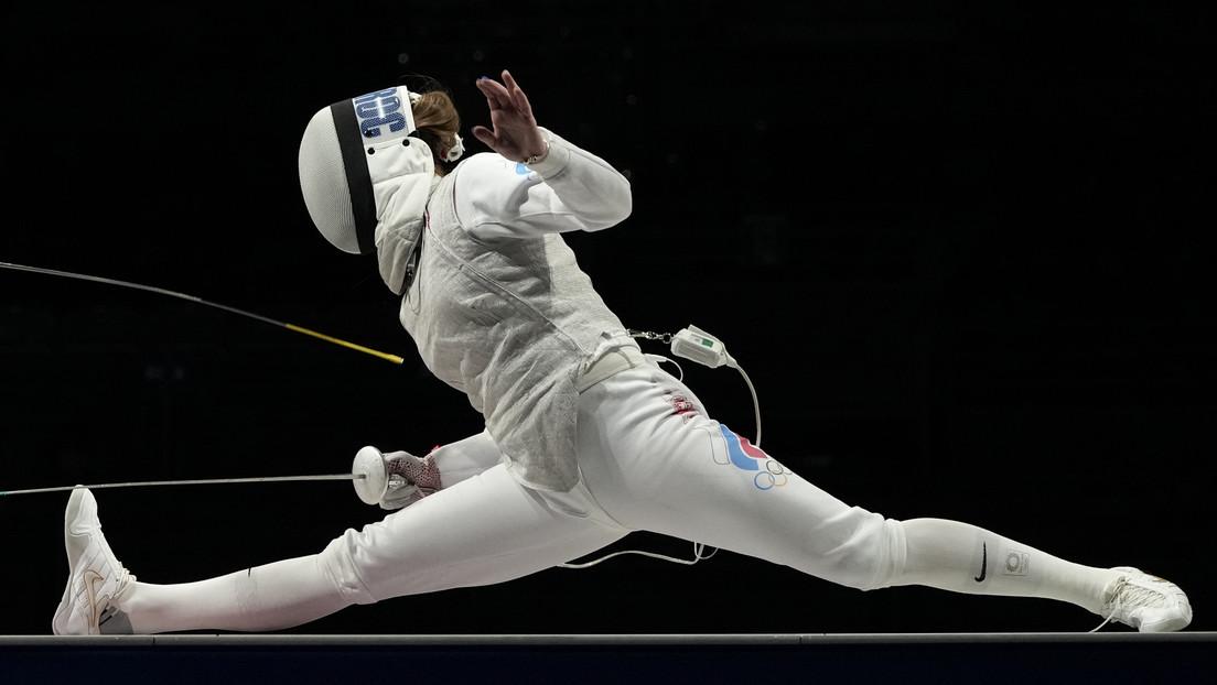 Una esgrimista rusa abandona el estadio en silla de ruedas, tras competir con una lesión para hacer posible el oro para el equipo del COR en Tokio
