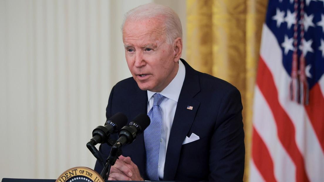 Joe Biden saluda a un primer grupo de más de 200 refugiados afganos trasladados a EE.UU.