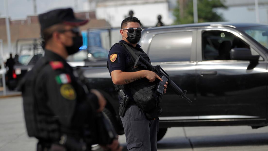 Sujetos armados irrumpen en un municipio del sur de México e incendian dos patrullas de policía (VIDEO)
