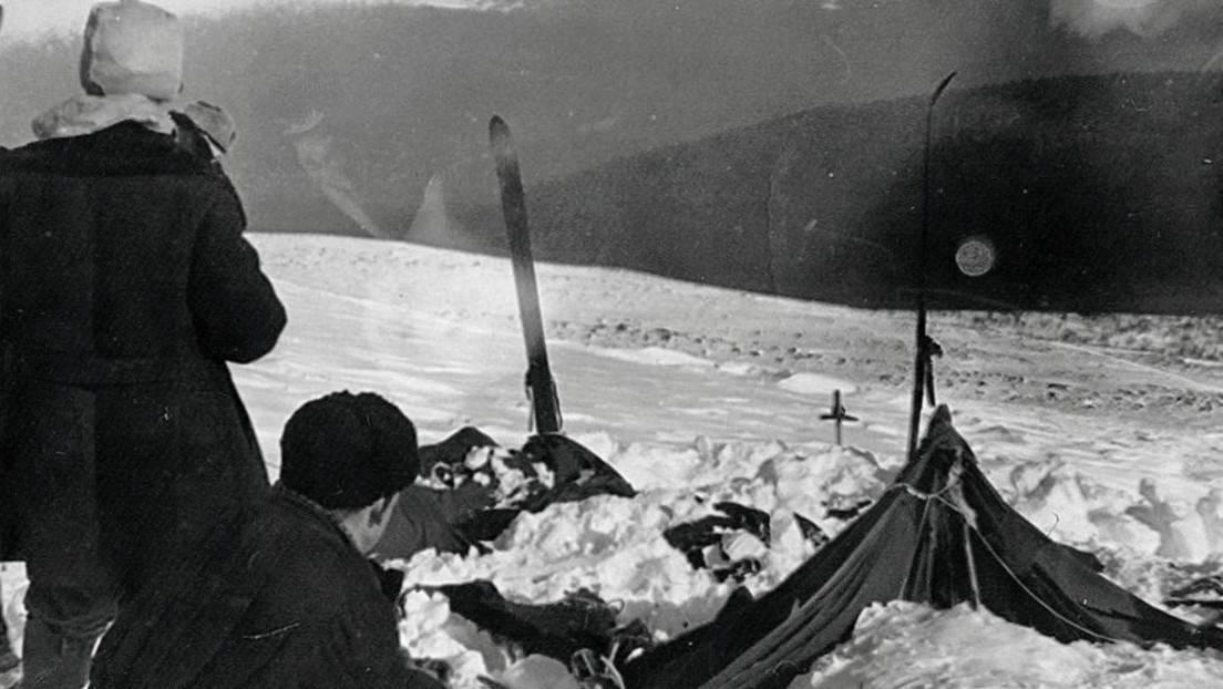 La tienda de campaña del grupo de turistas fallecidos en el paso Diátlov, el 26 de febrero de 1959. Fotografía tomada por los rescatistas.