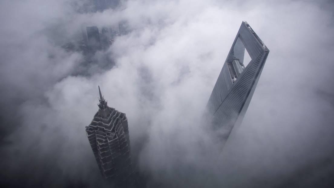 Los rascacielos Shanghai World Financial Center y Jin Mao Tower, en el distrito financiero de Pudong, en Shanghái, China.