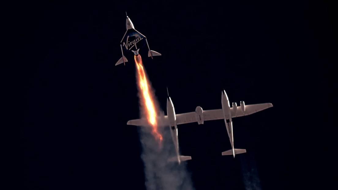 El VSS Unity de Virgin Galactic comienza su ascenso sobre Spaceport America en Nuevo México, EE.UU., 11 de julio de 2021