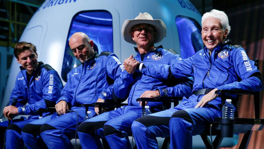 Jeff Bezos y la tripulación del vuelo inaugural de Blue Origin. 20 de julio de 2021.