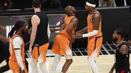 Un jugador de la NBA pierde la cabeza y agrede por la espalda a un rival (VIDEO)
