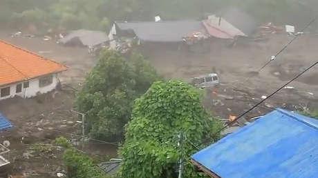 20 desaparecidos y más de 10 casas destruidas tras un gran deslizamiento de tierra en Japón en medio de fuertes lluvias en la zona (VIDEO)