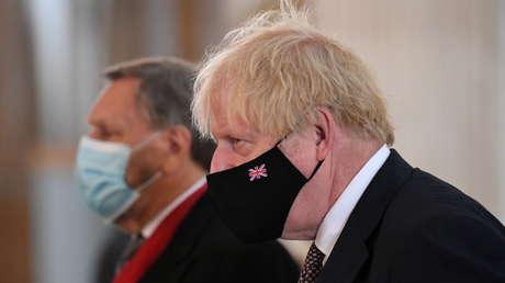 """""""Debemos resignarnos a más muertes"""": Boris Johnson anuncia el cese de las restricciones por covid-19 en dos semanas"""