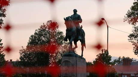 Retiran dos estatuas confederadas de Charlottesville en EE.UU. después de cuatro años de las fuertes protestas