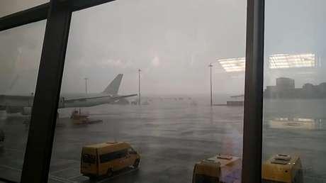 Fuertes lluvias inundan las pistas de aterrizaje de un aeropuerto de Moscú, provocando el retraso de 20 vuelos y la cancelación de otros dos (VIDEO)