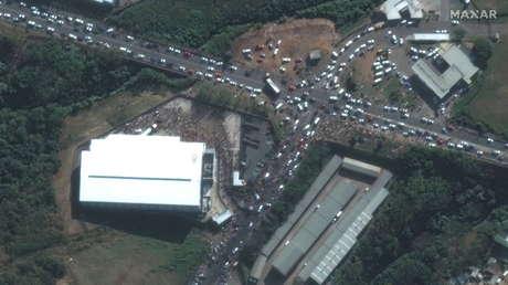 VIDEO: Kilómetros de colas en Sudáfrica frente a centros comerciales y tiendas, que experimentan problemas de suministro de alimentos