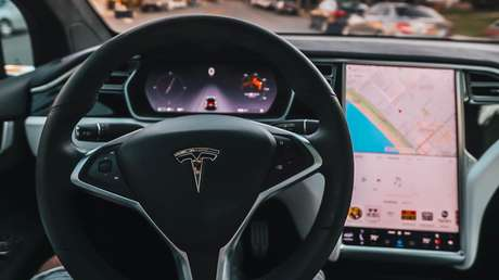 El piloto automático de Tesla confunde la Luna con un semáforo en amarillo (VIDEO)