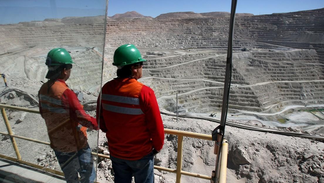 Los trabajadores de la mina chilena la Escondida, la mayor productora de cobre del mundo, votan a favor de irse a huelga
