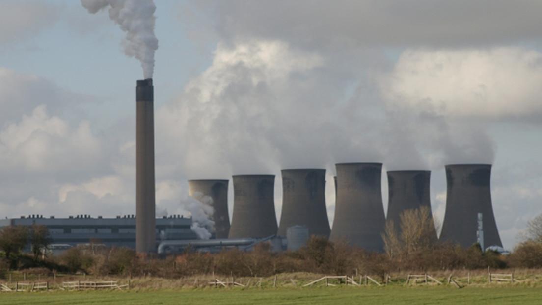 VIDEO: El momento de la demolición de cuatro torres de refrigeración de 90 metros en el Reino Unido