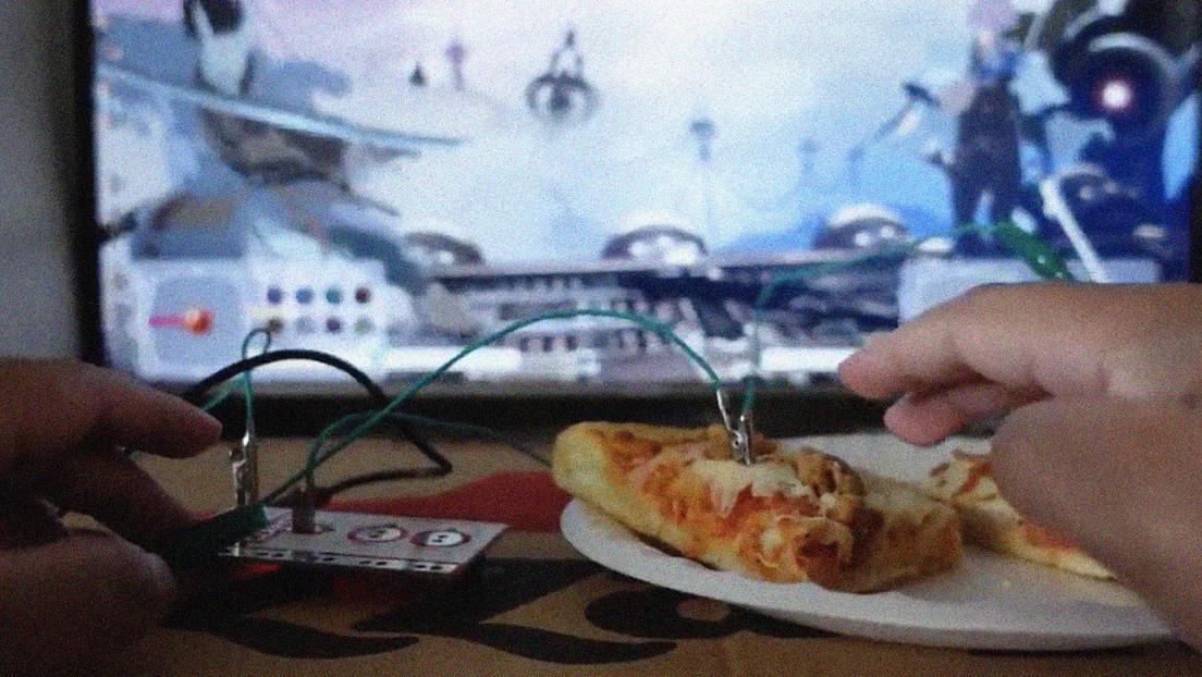 VIDEO: Convierte una pizza en un mando y llega hasta el final del videojuego 'Dark Souls'