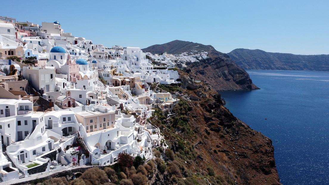 Científicos descubren que el nivel del mar influye en la probabilidad de erupciones volcánicas en una isla turística griega
