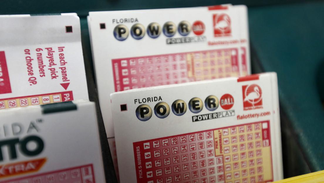 """Una mujer decide """"pasar el rato"""" jugando a la lotería tras ser cancelado su vuelo y gana un millón de dólares"""