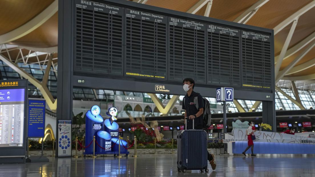 China suspende vuelos y rutas de transporte para luchar contra los brotes de covid-19