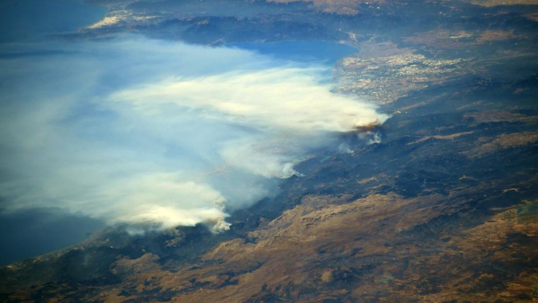 """Un astronauta capta la """"visión aterradora"""" de los incendios en Turquía desde la Estación Espacial Intenacional"""