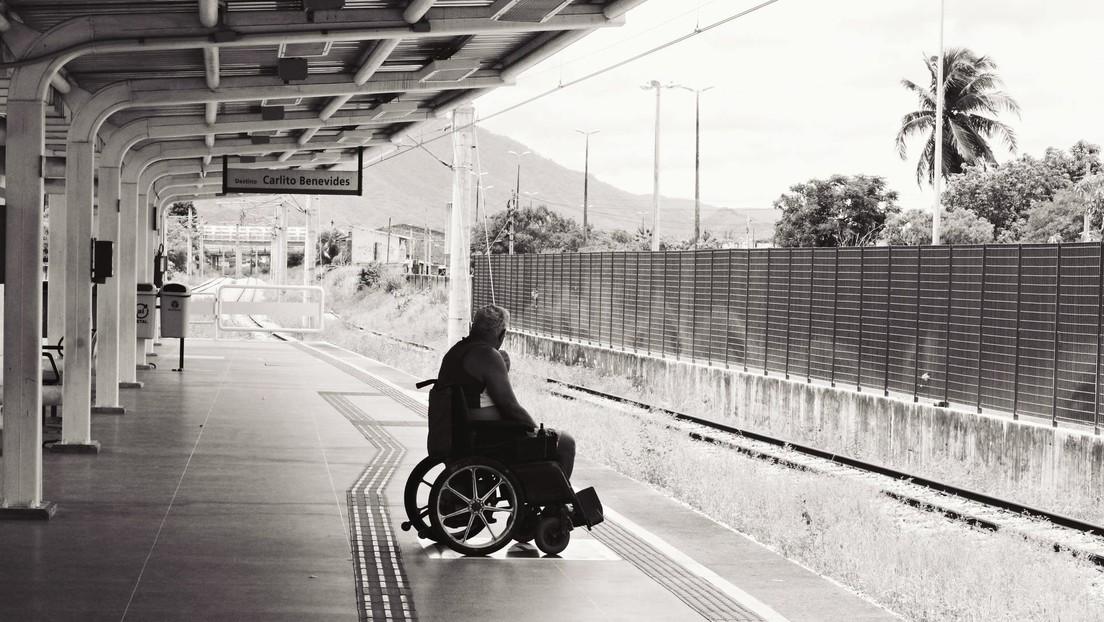 VIDEO: Salvan a un hombre en silla de ruedas que estaba atascado en una vía segundos antes de la llegada del tren