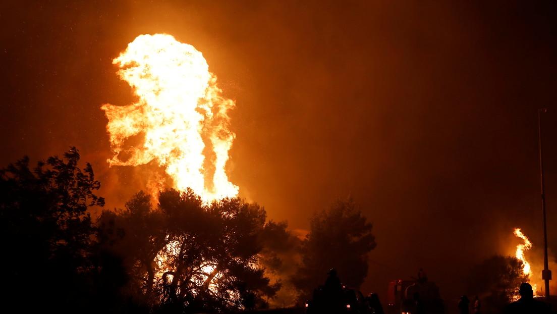 """El primer ministro de Grecia alerta que el país es """"un polvorín"""" en medio de la ola de calor y los incendios forestales"""
