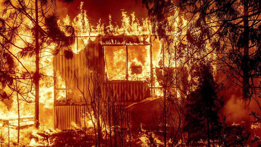 Un incendio forestal destruye la mayor parte de una ciudad histórica de EE.UU. (VIDEOS, FOTOS)