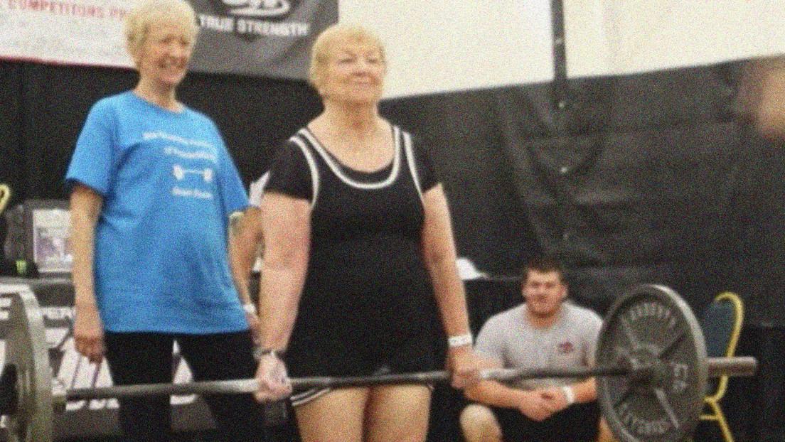 Una mujer de 99 años se convierte en la levantadora de pesas más anciana del mundo
