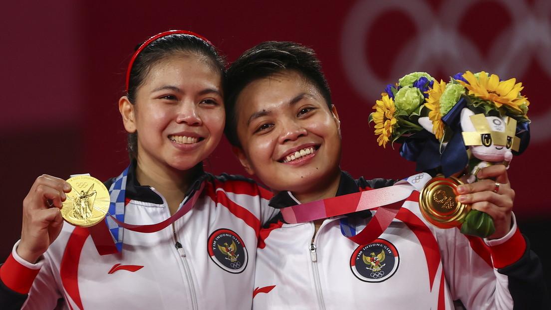 Regalan una casa, vacas y comida gratis de por vida a dos deportistas indonesias tras ganar un oro en Tokio 2020