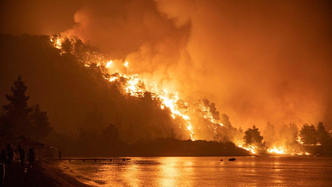 Los incendios forestales parten en dos la isla griega de Evia