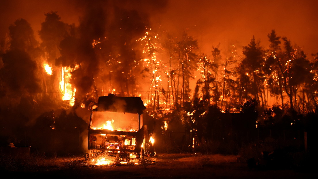"""Las autoridades griegas alertan de """"una catástrofe bíblica"""" y un """"verano de pesadilla"""" mientras las llamas devoran el país (VIDEOS, FOTOS)"""