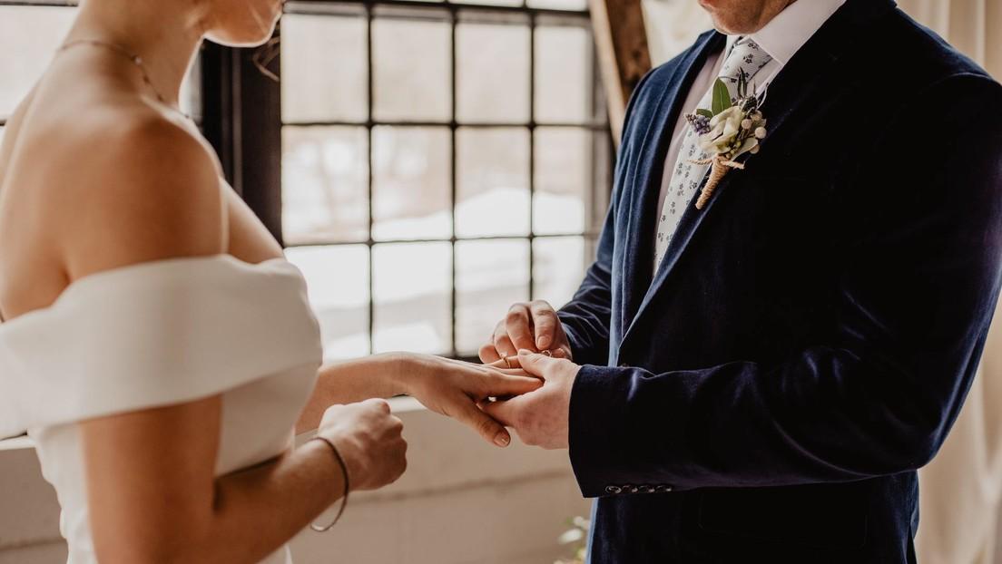Un novio da positivo por covid-19 antes de la boda y su pareja lo invita a una ceremonia virtual (VIDEO)