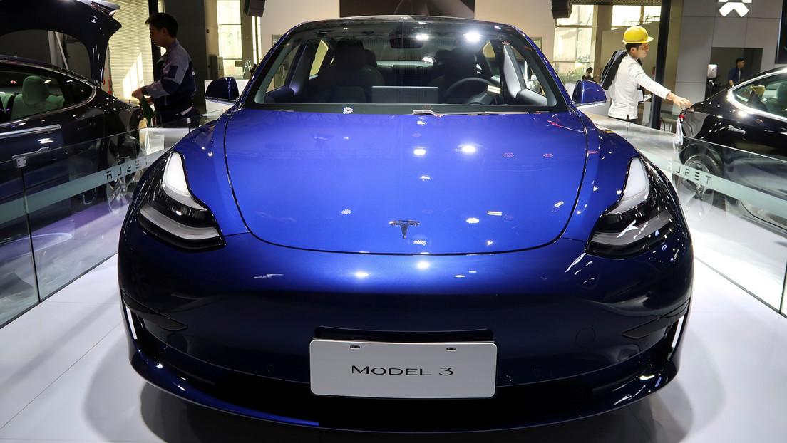 Convierten un Tesla Model 3 accidentado en un vehículo todoterreno eléctrico digno de 'Mad Max' (VIDEO)