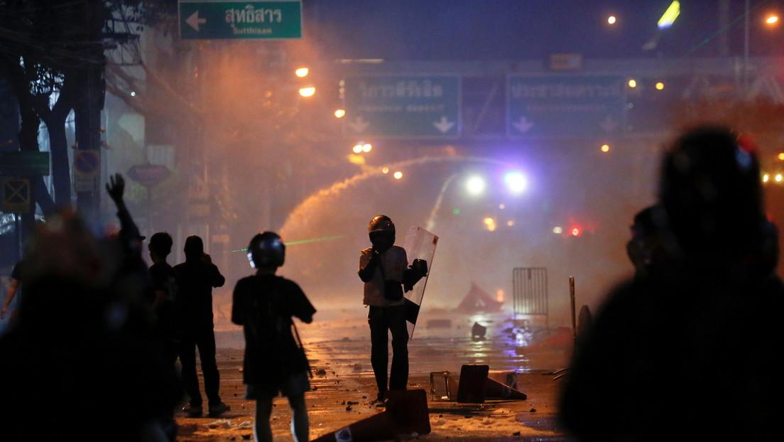 Violentos enfrentamientos entre la Policía y opositores al Gobierno tailandés dejan varios oficiales heridos y al menos seis manifestantes detenidos