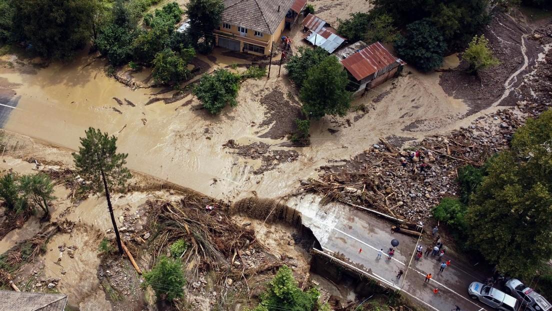 Fuertes lluvias provocan masivas inundaciones y deslizamientos de tierra en Turquía, con saldo de una desaparecida y 13 heridos