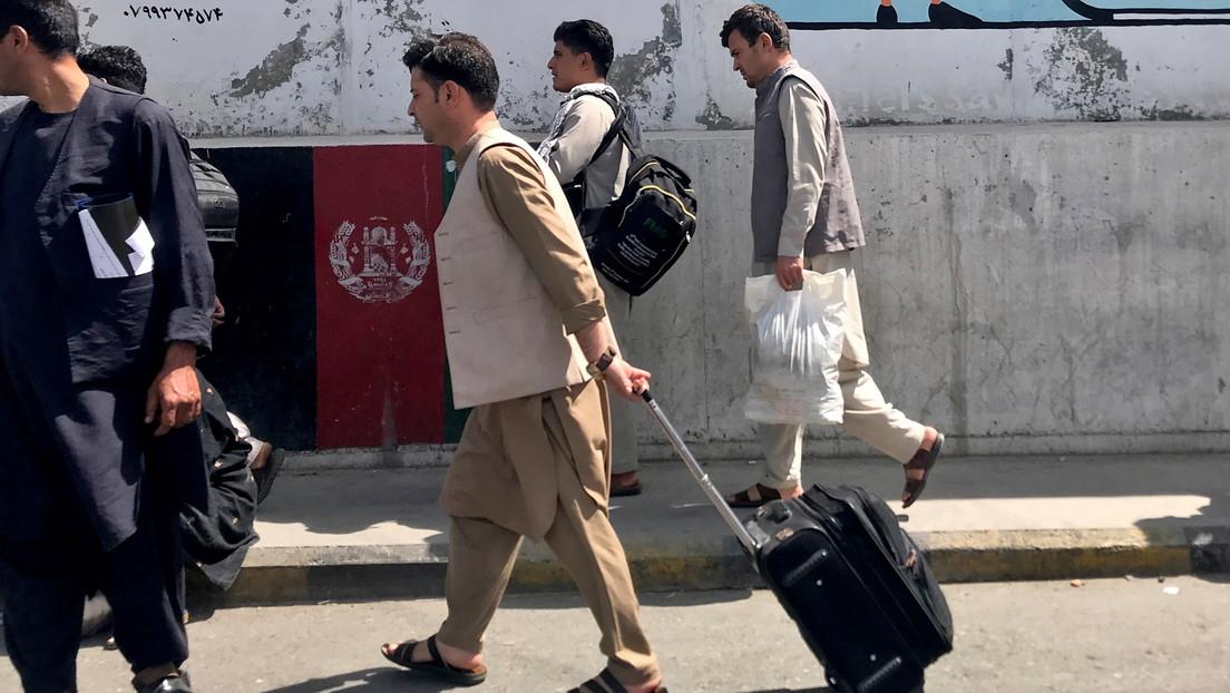 Caos y estampidas en el aeropuerto de Kabul: los afganos se apresuran a abandonar el país ante la llegada de los talibanes (VIDEOS)