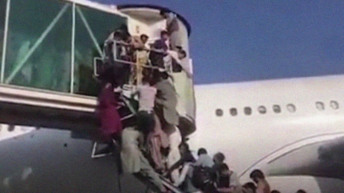 VIDEO: Una multitud 'asalta' la pasarela de acceso a un avión en el aeropuerto de Kabul en su intento de abandonar el país